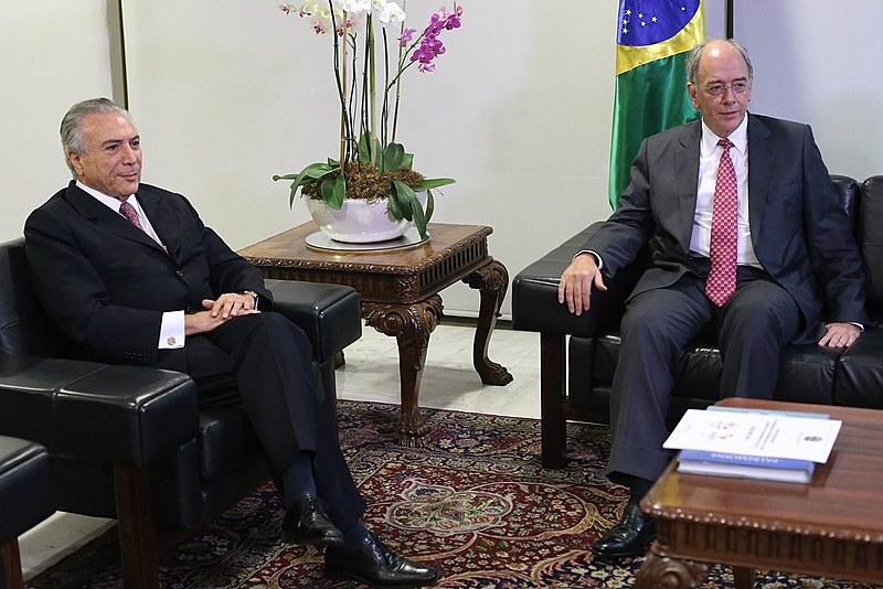 Pedro Parente (à dir.) foi indicado para dirigir Petrobras por Michel Temer (à esq.)
