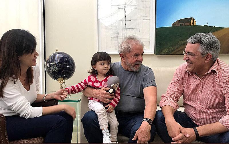 """Thássia Alves e Padilha com a filha Melissa e Lula, em dezembro de 2017: """" Quando a verdade vence, todos vencemos"""""""
