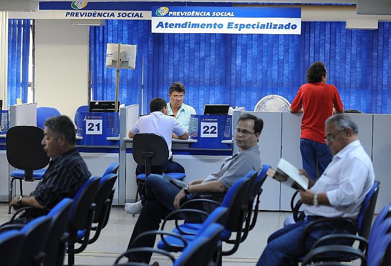 Cenário de caos nas contas da Previdência, pintado por Guedes e Bolsonaro, não condiz com as projeções dos governos anteriores