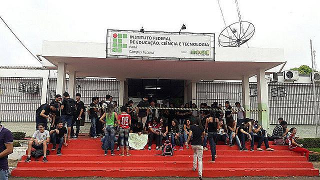 Alunos que ocupam o Instituto Federal fazem manifestação contra a PEC 241