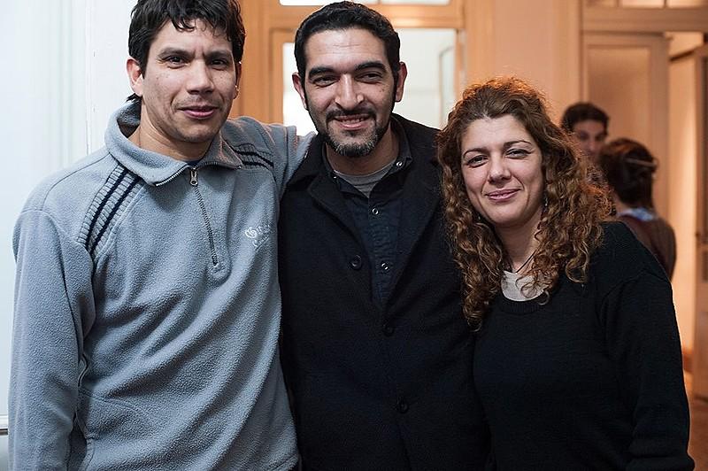 José Luis entre seus dois irmãos, que já eram nascidos quando ele foi tirado de sua mãe após o parto e que o buscaram por décadas