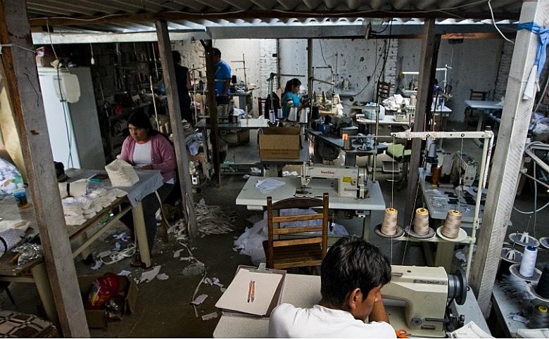 Oficina de costura com trabalhadores submetidos à condição análoga à escravidão