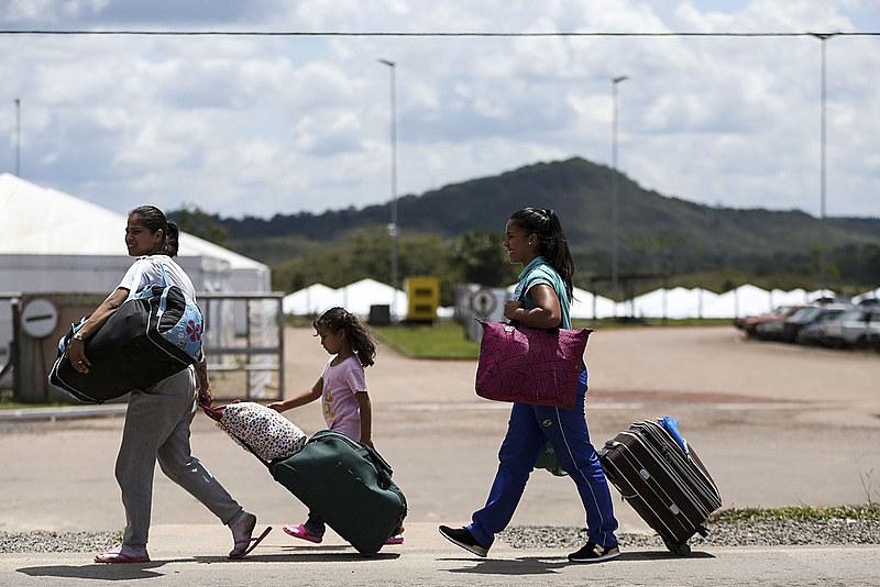 Mais de mil venezuelanos deixaram o Brasil após sofrerem ataque dos moradores de Pacaraima - RR