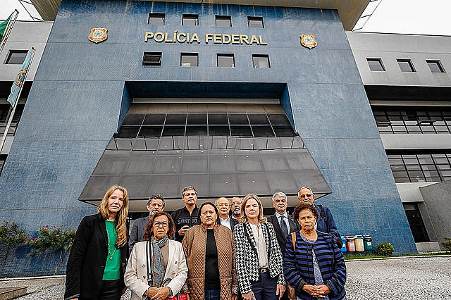 11 members of the Senate's Human Rights Commission have visited ex-president Lula at the Federal Police headquarters in Curitiba