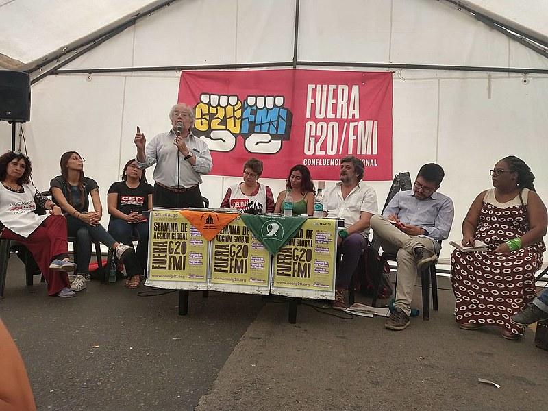 """O debate """"Como paramos o avanço da direita na região?"""" reuniu centenas de participantes na praça do Congresso Nacional em Buenos Aires"""