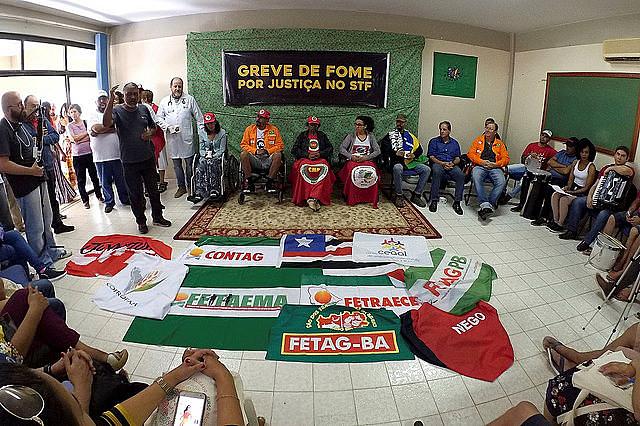 Huelguistas y personas que los apoyan durante acto realizado este domingo (19), en Brasilia (DF)