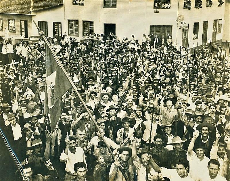 A Revolta dos Posseiros, ocorrida no Sudoeste do Paraná na década de 1950, é um dos episódios apresentados na obra