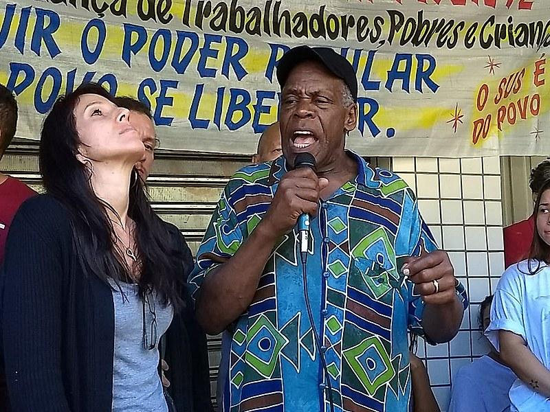 Embaixador da ONU, Danny Glover, visita favela carioca