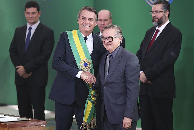 Jair Bolsonaro empossa ministro da Educação, Ricardo Vélez Rodríguez, durante cerimônia de nomeação dos ministros de Estado