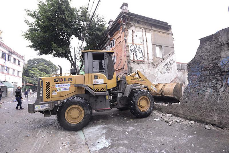 Prefeitura da capital paulista realiza demolições após operação policial contra usuários na Luz