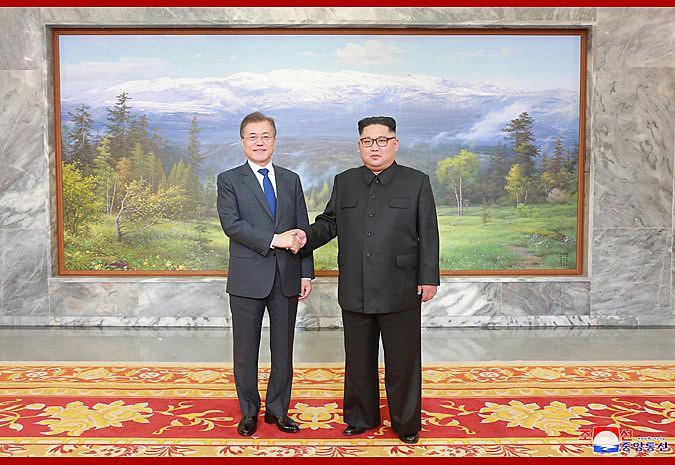 Moon Jae In e Kim Jong-Un posam para fotos durante encontro em Panmunjon