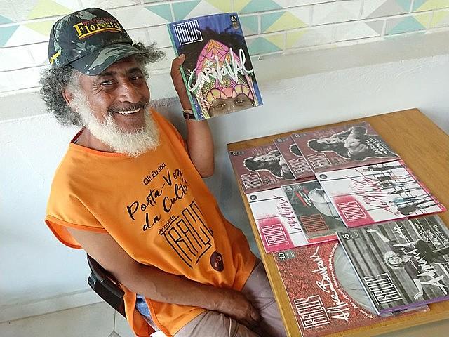 """""""Hoje, em vez de drogas, eu sou viciado na leitura. Tudo que pego eu leio"""", conta o vendedor Francisco Carlos da Silva Bezerra"""