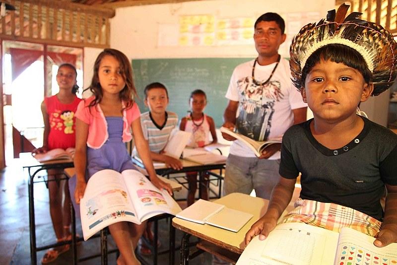 Educação Escolar Indígena permite que as aulas sejam ministradas de maneira diferenciada, bilíngue/multilíngue e comunitária.