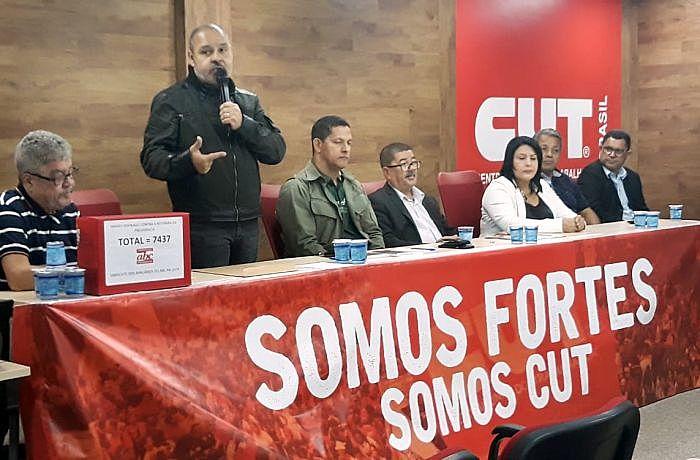 O presidente da CUT, Vagner Freitas, fala durante a plenária unificada