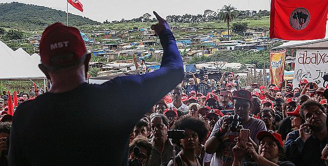 Lula habla a militantes del MST de Minas Gerais durante visita a un campamento en 2017