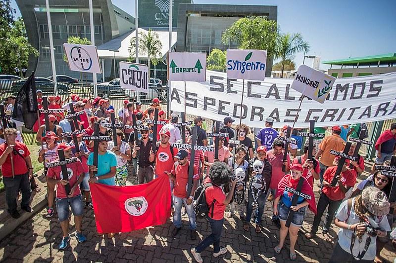 Manifestantes fazem ato em frente a CNA, em Brasília nesta sexta-feira (15)