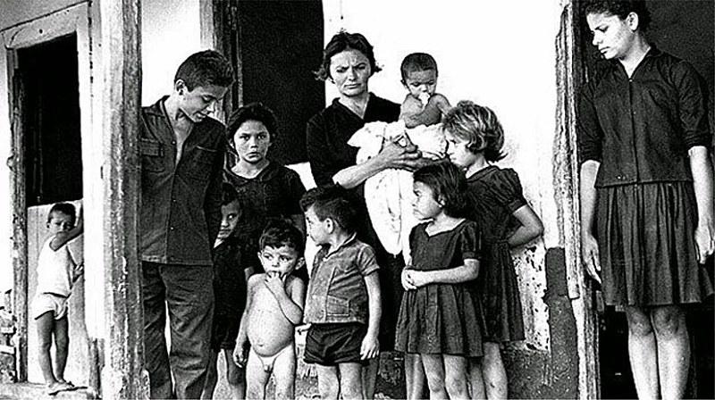 Elizabeth Teixeira ao lado dos filhos logo após o assassinato de João Pedro