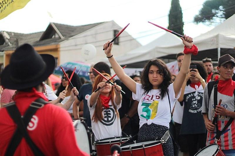 Apoiadores de Lula fazem vigília em solidariedade ao ex-presidente em frente à Polícia Federal no Paraná