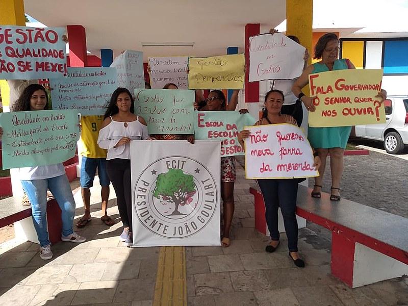 Professoras, mães, alunas e técnicos protestam a saída do gestor