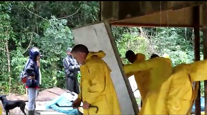 Integrantes da Polícia Ambiental destroem a casa de um habitante do local identificado como Éber