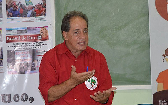 Defensor de Bolsonaro llegó a sacar un arma durante la distribución pacifica del periódico