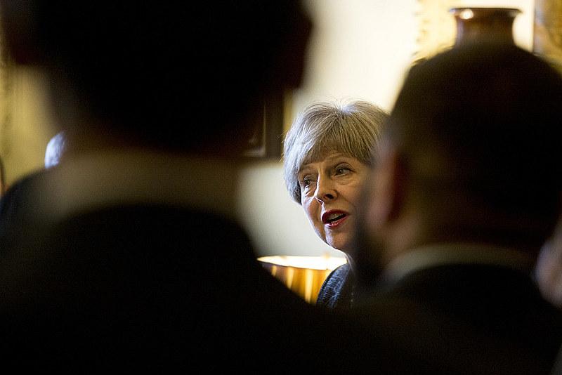 Com diferença apertada, o Parlamento britânico decidiu votou pela permanência de Theresa May no cargo de primeira-ministra