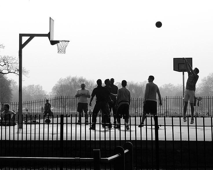 """O """"basquete de rua"""" é uma variação muito popular do basquetebol jogado em muitos países."""