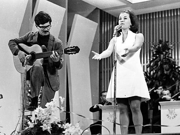 """Elis Regina canta """"Arrastão"""", de Vinícius de Moraes e Edu Lobo, no primeiro Festival da Música Popular Brasileira, em 1965"""