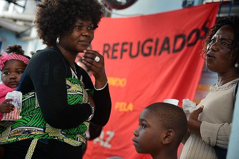 Refugiados do Congo e de outras nacionalidades que vivem no Rio se unem na torcida pela equipe de judocas de refugiados, na sede da Cáritas