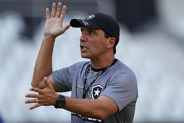 Técnico Zé Ricardo vem fazendo o que pode para fazer o Botafogo jogar bem