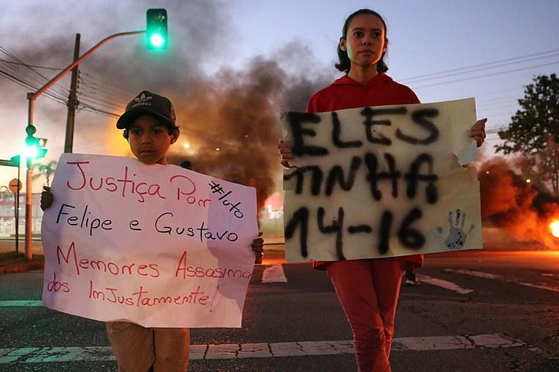 Este foi o segundo protesto de moradores do Parolin contra o assassinato dos jovens