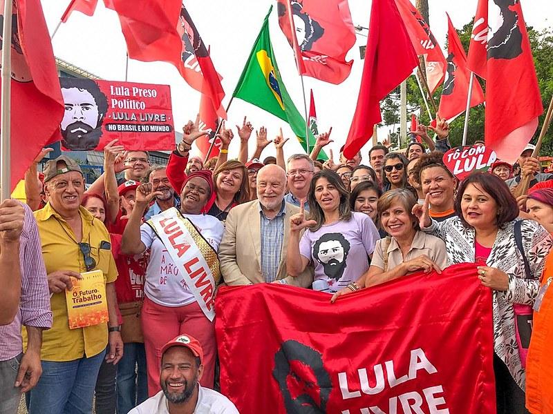 Domenico De Masi, escritor italiano, visita a Vigília Lula Livre e relata encontro com o ex-presidente Lula na prisão nesta quinta (25)