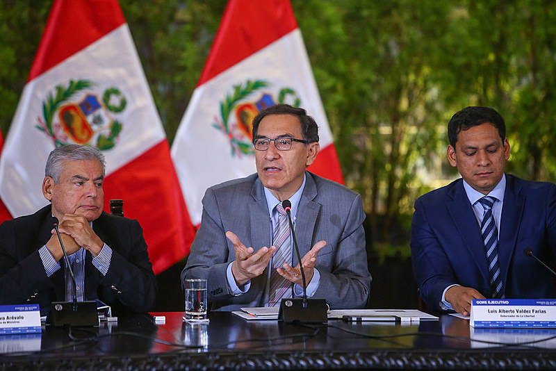 O presidente do Peru, Martín Vizcarra (centro), propôs quatro reformas constitucionais como resposta aos casos de corrupção no país