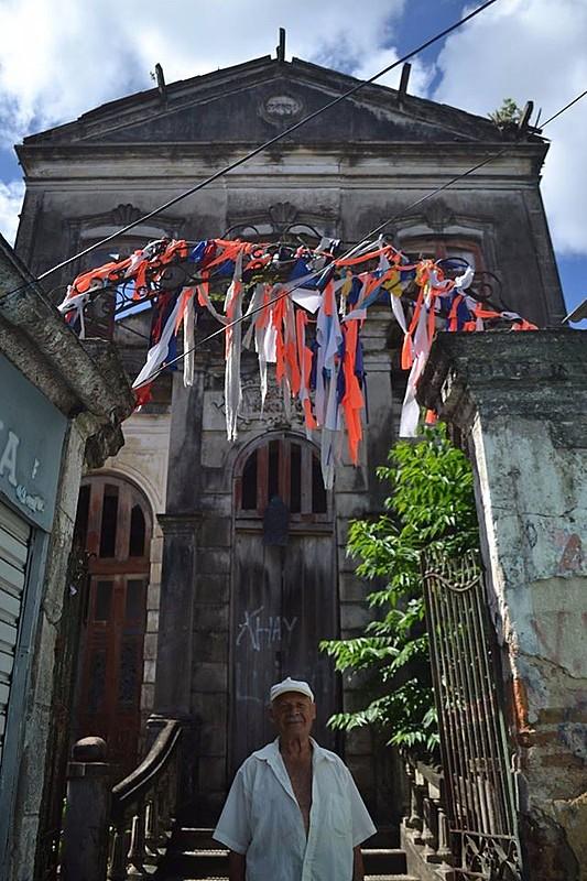 Abandonado pelo poder público e ocupado pela comunidade, Casarão está sendo alvo de candidatos oportunistas.