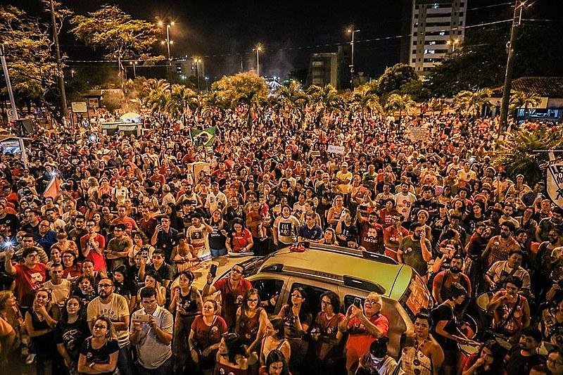 Uma multidão se reuniu na Praça da Paz, no bairro do Bancários, em defesa da Democracia.