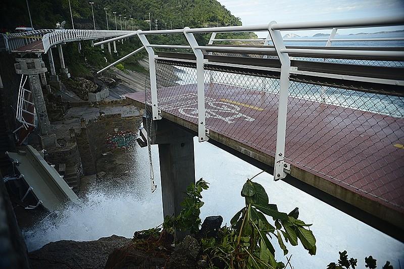 Interdição após desabamento de parte da rodovia Tim Maia, à época recém-inaugurada, durante uma ressaca no mar