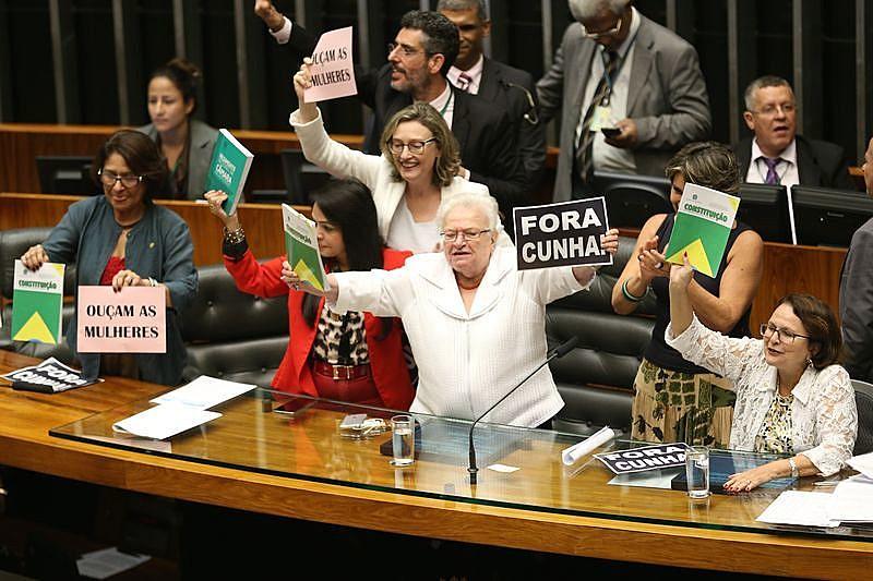 Deputadas protestam na Câmara em 2016: apesar da existência de cotas, elas representam apenas 10,5% do Parlamento