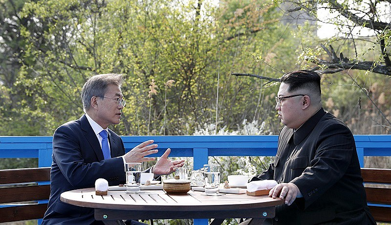 Sul-coreano Moon Jae-in e seu homólogo do Norte, Kim Jong-un, fizeram encontro histórico nesta sexta