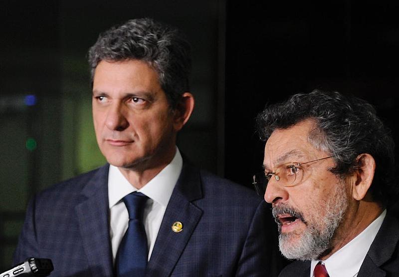 Senadores Rogério Carvalho (PT-SE) e Paulo Rocha (PT-PA) durante coletiva de imprensa no Congresso Nacional, em Brasília (DF)