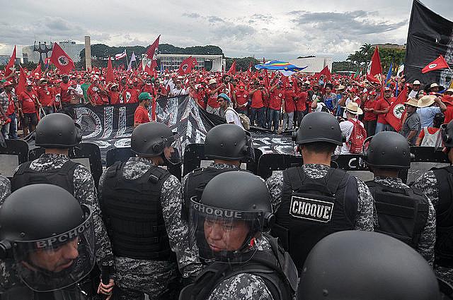 Marcha del MST en Brasilia, en 2014, es acorralada por la tropa de choque de la Policía Militar