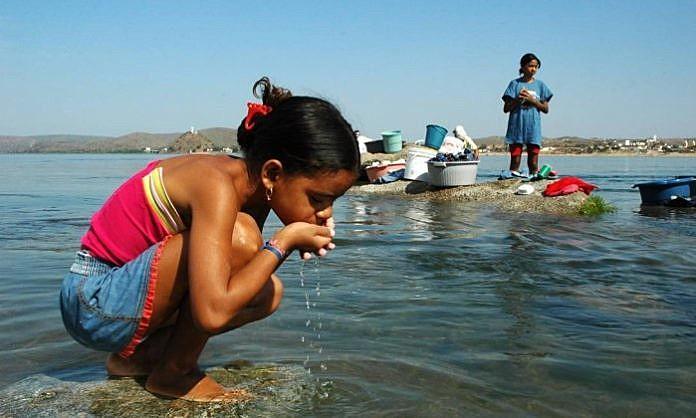 Menina bebe água do rio em Niterói, sertão de Sergipe