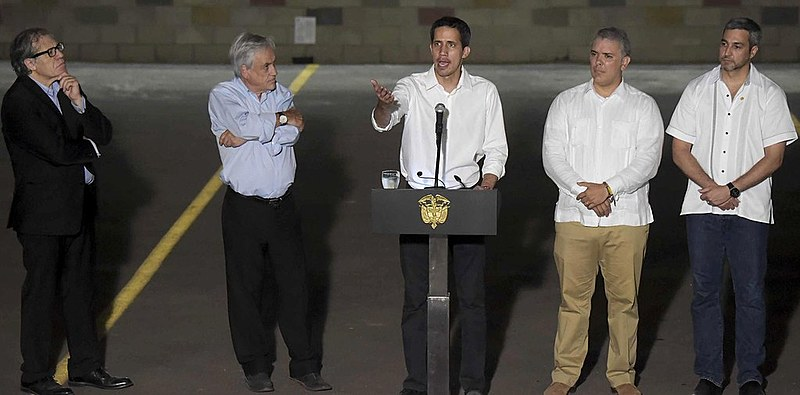 Juan Guaidó (ao centro) e o presidente da Colômbia, Iván Duque (à sua direita), usam do ataque a Maduro para aumentar popularidade