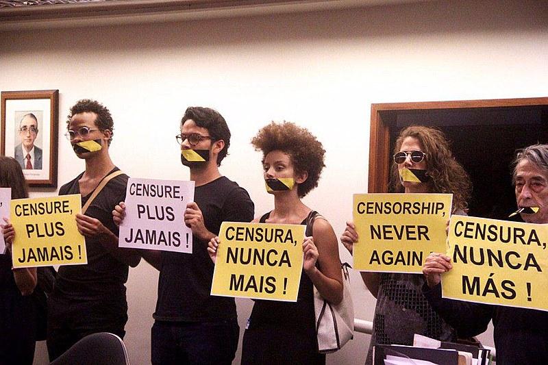 """Militantes protestaram contra a censura com cartazes durante o evento """"Artigo 5º: censura nunca mais"""""""