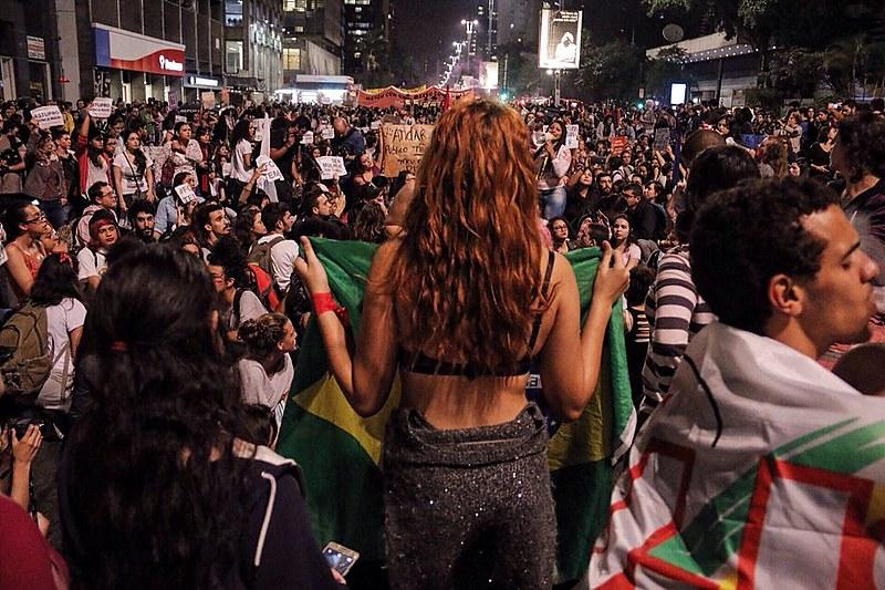 Momento em que ato contra cultura do estupro se encontrou com o protesto do MTST