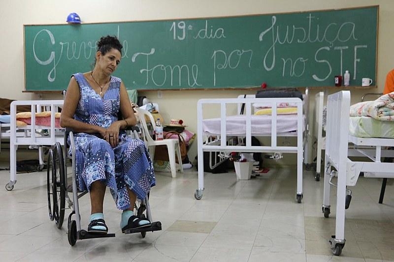 Os sete militantes passaram a usar cadeiras de rodas e dormir em camas hospitalares, o médico que os acompanha demonstra preocupação