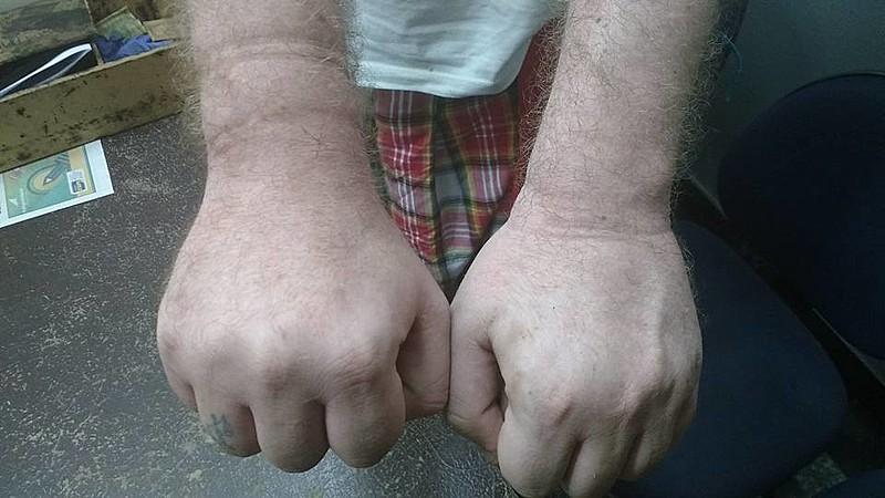 Antes de ter o braço quebrado, Geovanni teve os pulsos algemados