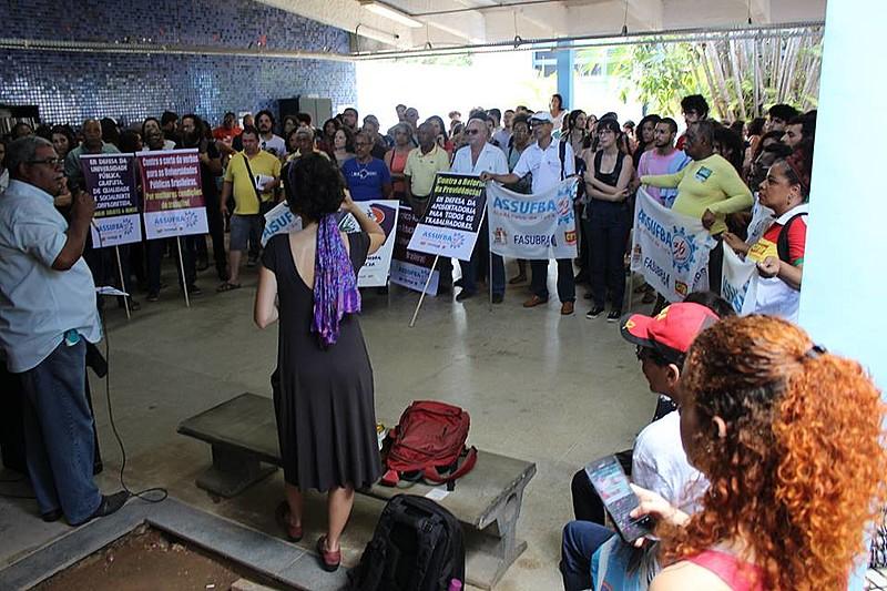 Ato realizado na manhã da quarta-feira (22.11) reuniu dezenas de pessoas em defesa da democracia e da universidade pública no CFCH.