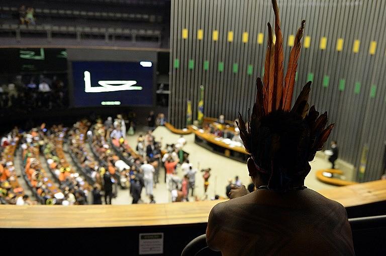 Indígena acompanha sessão na Câmara dos Deputados, em Brasília, em 2015