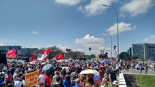 Masiva movilización en defensa de la educación en Brasília, capital de Brasil