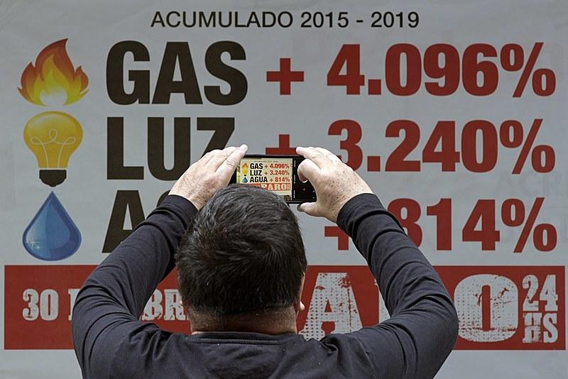 País fechou 2018 com uma inflação acumulada de 47,6%, a maior em 27 anos. Maiores penalizados são os pobres.